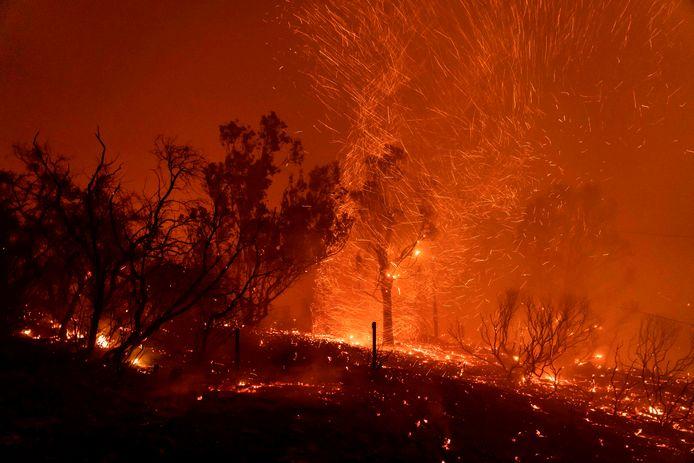 De wind wakkert de vlammen verder aan in Santa Barbara.