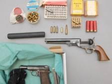 Wapens en drugs bij huiszoekingen motorbendes