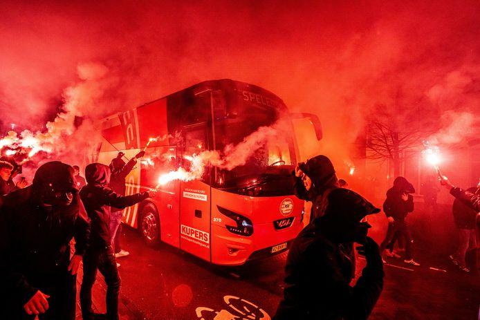 PSV-supporters hebben binnen een paar uur al met een aantal duizenden tegelijk hun seizoenkaart verlengd.