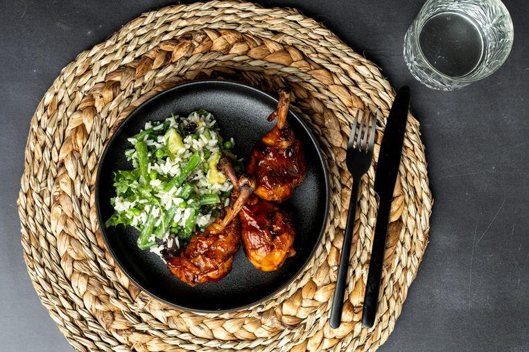 Sticky kipdrumsticks met rijstsalade. Beeld
