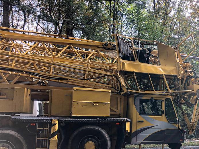 Ook de bouwkraan liep schade op bij het ongeluk.