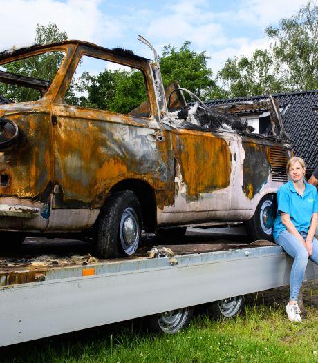 Het roze ijscowagentje uit Twenterand is nu roestbruin na brand: 'We zijn er kapot van!'