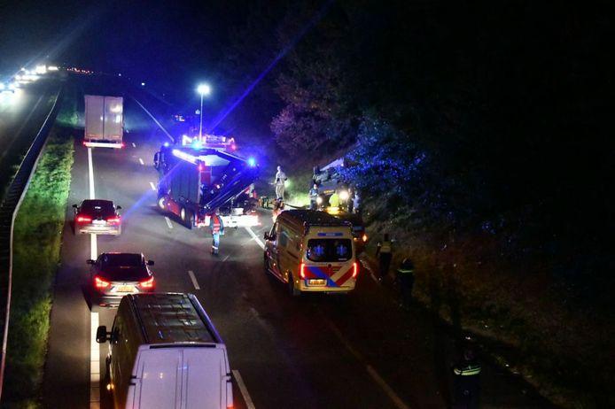 Op de A35 bij Enschede is een auto over de kop geslagen.