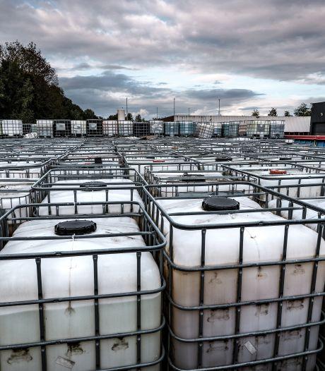 Het bedrijf van de lekkende vaten en de milieuvervuiling werd de knuffelbeer van links