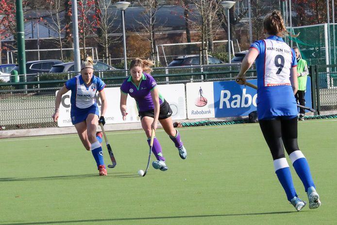 Rianne Wierda van HC Eindhoven aan de bal.
