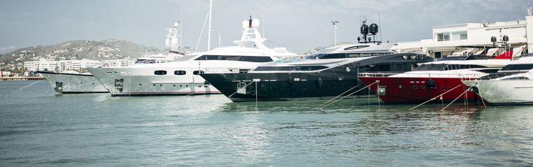 In de haven van Ibiza tref je het ene luxejacht na het andere aan. Beeld Joris Casaer