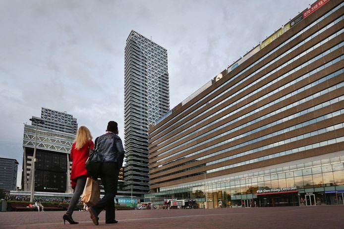 Op het Koningin Julianaplein voor station Den Haag Centraal moet straks een groot L-vormig woon-werkgebouw verrijzen met onder meer 400 appartementen.