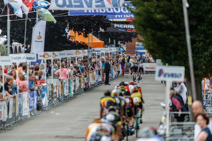 Drukte in de Zeestraat tijdens de Profronde van Zevenbergen in 2019. Net als vorig jaar laten de wielrenners komende zomer verstek gaan door corona. Stichting Wielerronde Zevenbergen (SWZ) mikt voor het Wielerweekend Moerdijk nu op 2022.