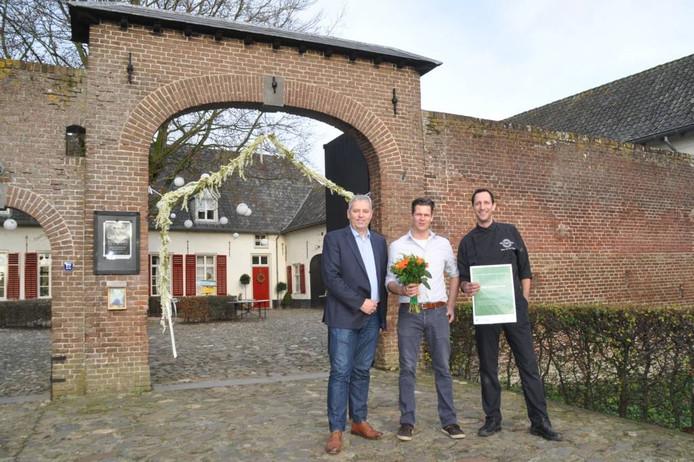 Emil Minten en Hans van der Steijn voor Kasteel Tongelaar met met wethouder Jos van den Boogaart. Foto: Cockie Kremers