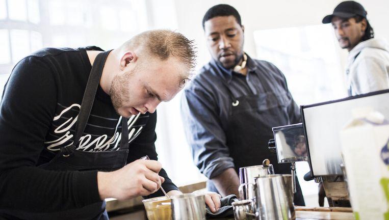 Vlnr: Robin Scholten, John Da Graca en Paulo Gomes ontworstelden zich aan een crimineel bestaan en werken nu in koffiebar Ookami, Rotterdam. Beeld Julius Schrank