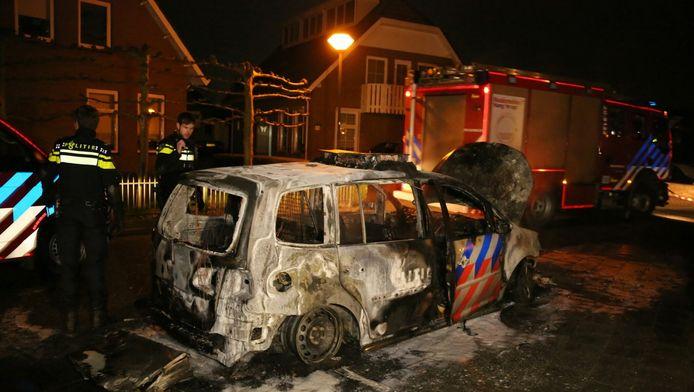 De uitgebrande politieauto.