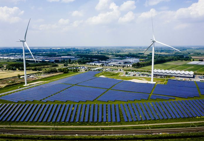 Zonnepanelen én windmolens langs de A15 in Gelderland: een park van 12 hectare.