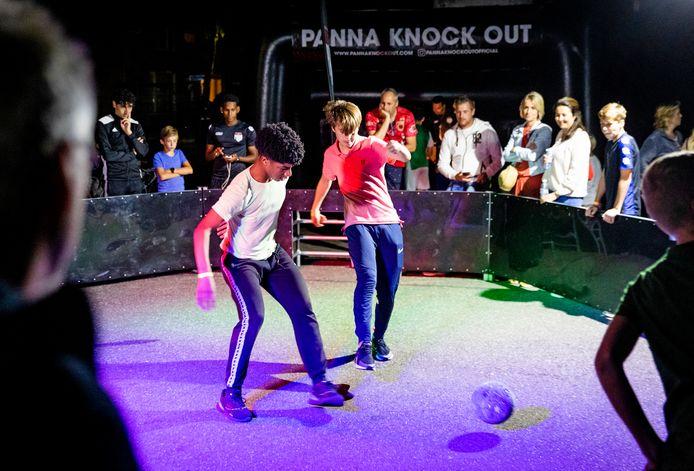 Spelers, publiek en organisatie genoten van de strijd in de sfeervol verlichte pannakooi in Nieuw-Beijerland