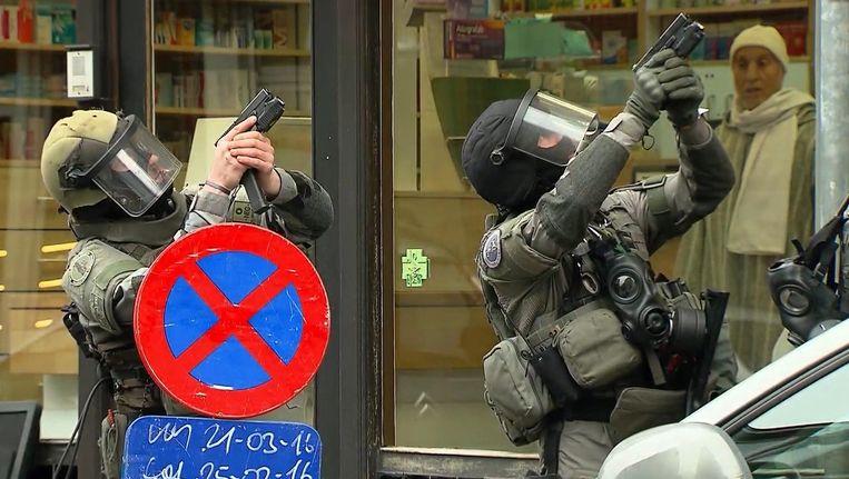 VTM filmde het moment toen de politie nog moest binnenvallen bij Salah Abdeslam. Beeld AP