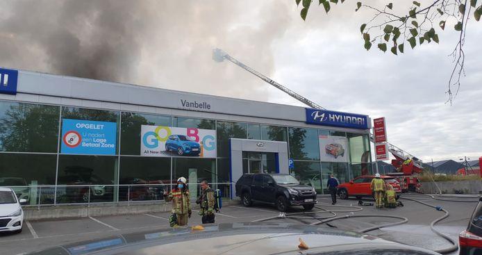 De brandweer slaagde erin om de showroom te vrijwaren.