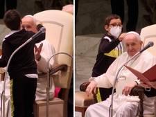 Jongetje (10) probeert hoofddeksel van paus af te pakken
