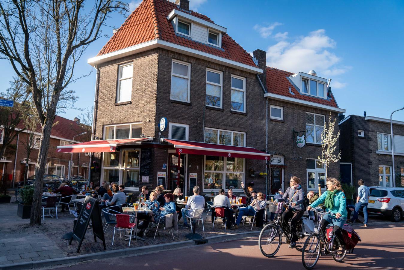 ING verwacht dat in het voorjaar van 2021 de horeca weer opveert. Op de foto het terras bij het Nijmeegse Proeflokaal Bij Ons in 2019.