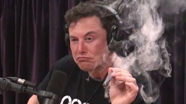 Elon Musk rookte zomaar een (vermoedelijke) joint tijdens een interview. Beeld RV
