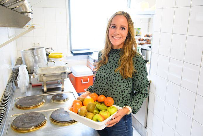 Titia van der Stelt is voedingsdeskundige van FC Twente en laat spelers inzien wat goed is en wat niet.