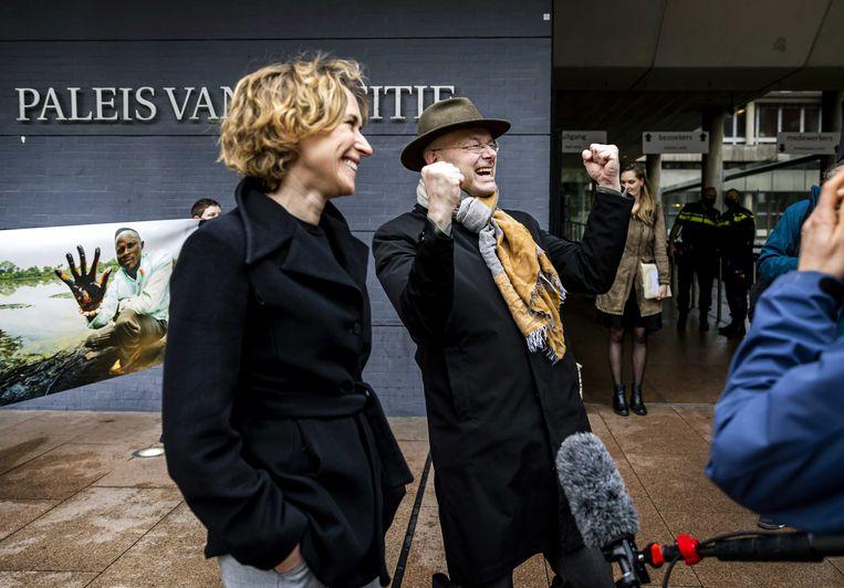 Advocaat Channa Samkalden (links) en Donald Pols, directeur van Milieudefensie staan de pers te woord na afloop van de uitspraak van het gerechtshof in de zaak die Nigerianen samen met Milieudefensie hebben aangespannen tegen Shell. Beeld ANP