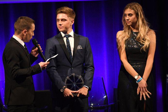 Remco Evenepoel (m) en Cameron Vandenbroucke bij de uitreiking van de Kristallen Fiets in 2018.