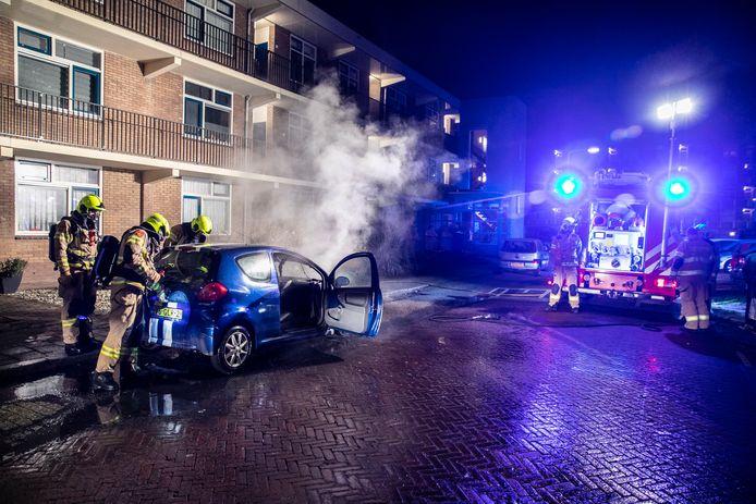 De auto ging bij de mogelijk aangestoken brand in Arnhem verloren.