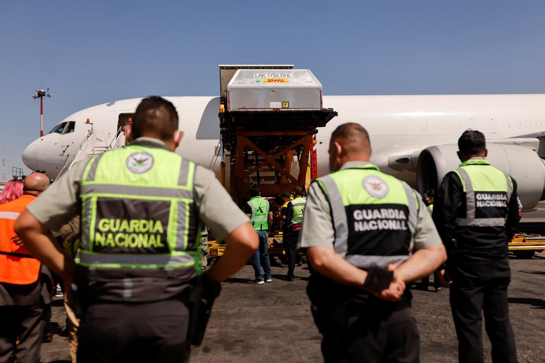 Een lading Pfizer-BionTech COVID-19 vaccines worden uitgeladen in Mexico Stad  Beeld REUTERS
