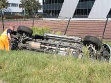 Auto in sloot na ongeluk in Almelo, bestuurder gewond naar ziekenhuis