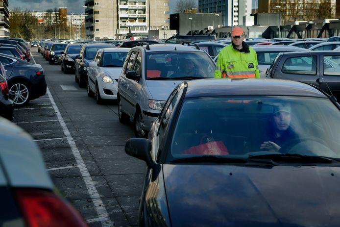 Beeld ter illustratie: vanuit deze rijrichting komen vier maanden geen auto's, want deze parkeerzijde is vanaf maandag dicht.