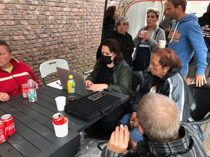 """""""Les sinistrés ont actuellement besoin de réfrigérateurs, de chaises, de matériel de nettoyage, de tables et d'armoires de cuisine, entre autres. Avec #AideHulp147, nous recueillons ces besoins spécifiques, afin que les gens sachent ce qu'ils peuvent donner"""", explique Lien De Leenheer."""