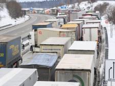 Verplichte coronatest truckers zorgt voor chaos bij Europese grenzen