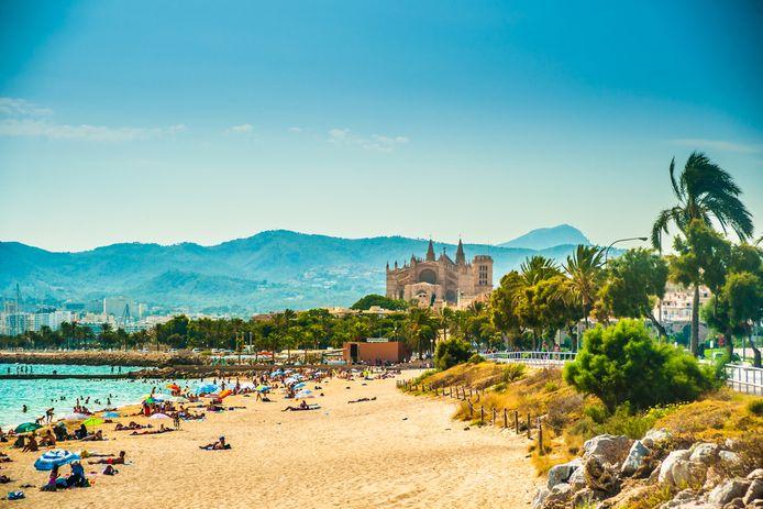 Zicht op een strand rond hoofdstad Palma de Mallorca. Mallorca wordt jaarlijks overspoeld door toeristen.