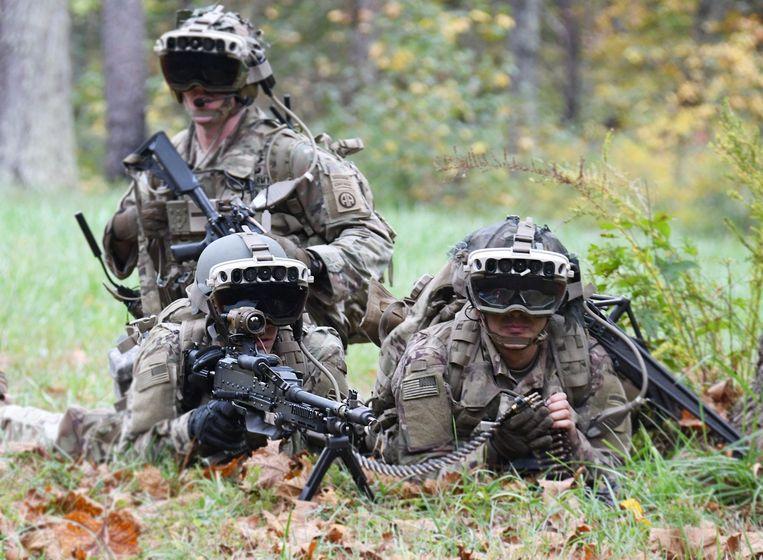 Soldaten trainen met een prototype van de militaire bril van Microsoft, bij Fort Pickett, Blackstone, Virginia. De foto is gemaakt door het Amerikaanse leger.  Beeld AFP