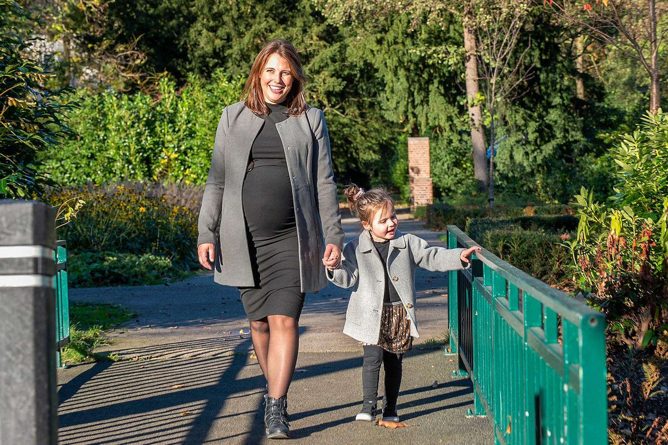 Loïs (3,5) niet wachten tot haar broertje of zusje er is. 'Het kindje komt met 'kersemus' zegt ze dan', vertelt moeder Ankie.