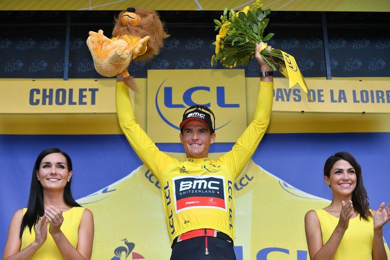 Greg Van Avermaet neemt de gele trui over van Peter Sagan. Beeld BELGA