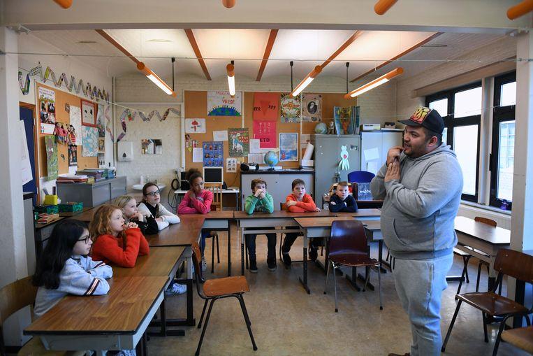 De leerlingen leren beatboxen van beatboxer Ferdie