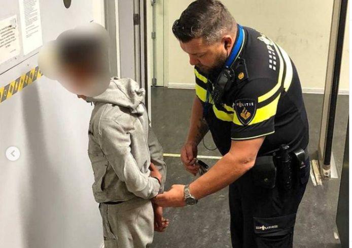 De minderjarige dief werd meegenomen naar het bureau. Daar kwam de politie tot de constatering dat hij een meerpleger is.