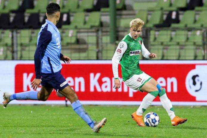 Jari Schuurman namens FC Dordrecht in actie tijdens zijn rentree, dinsdag tegen Jong FC Utrecht.