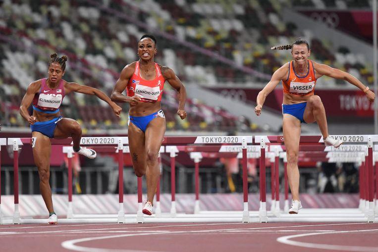 Rechts haalt Nadine Visser de finale, terwijl links van haar Camacho-Quinn naar een olympisch record loopt. Beeld AFP