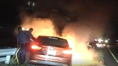 """""""Je auto staat in brand, man!"""" Agenten redden maar net op tijd automobilist uit brandende wagen"""