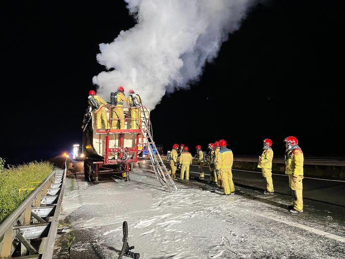 Lading vrachtwagen vliegt in brand op snelweg.