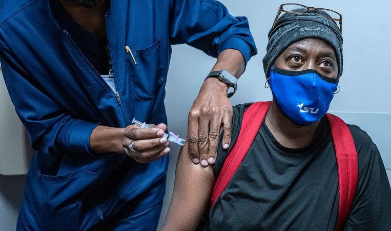 Vrouw krijgt een tweede prik met het Moderna-vaccin in een ziekenhuis in Nashville. Tennessee. Beeld AP