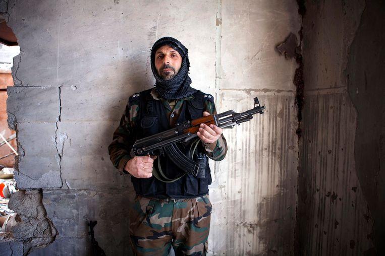 Een strijder van het Vrije Syrische Leger poseert met wapen in Saif Al Dawla. Beeld EPA