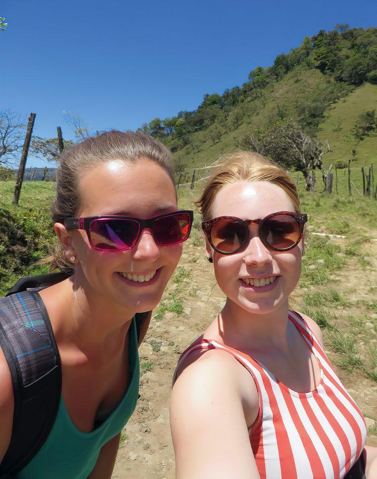 Een van de selfies die Kris enLisanne onderweg maakten. In hun zonnebrillen weerspiegelt deomgeving. Beeld Uit boek Verloren in de jungle
