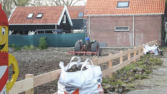 Het Gat van Goudzwaard is nu ingezaaid en de lelijke ijzeren hekwerken zijn door een gewoon hek vervangen.