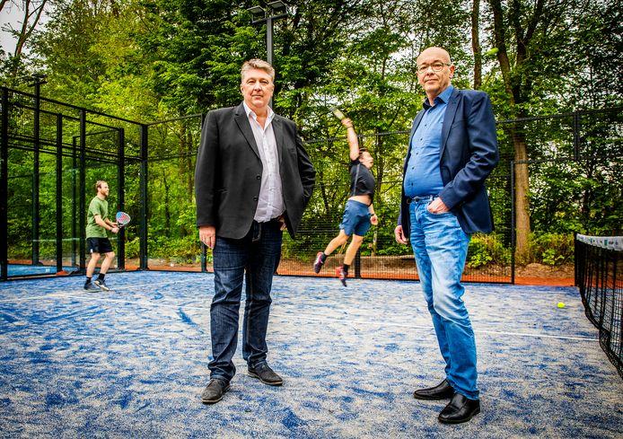 Wethouder Marco Stam (rechts) heeft de padelbanen officieel geopend.