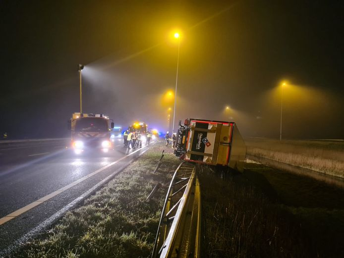 Op de A12 tussen Bodegraven en Nieuwerbrug is een vrachtwagen gedraaid en gekanteld.