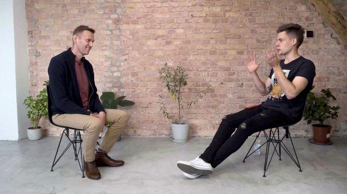 De Russische oppositieleider Aleksej Navalny tijdens een interview met de Russische blogger Yury Dud in Berlijn.