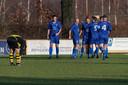 Vivoo-aanvaller Dimitri Ceuppens (vierde van links) wordt gefeliciteerd met één van zijn drie doelpunten.