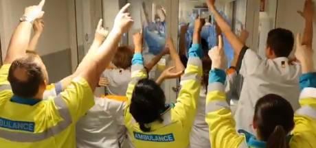 Zorgmedewerkers Maasstad Ziekenhuis zingen elkaar toe: 'We doen dit met elkaar'